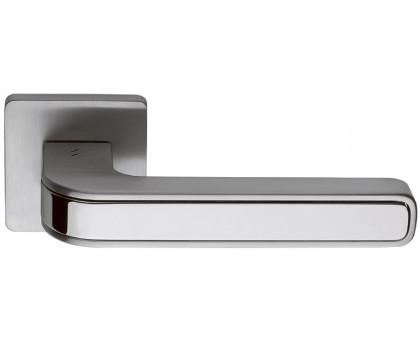 Дверная ручка Colombo Tecno MO11 RSB на квадратной розетке (мат. хром/полированный хром)